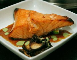 سمك السلمون مع العسل والأعشاب salmn.jpg