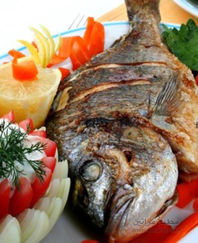 سمك مشوي بحشو الثوم والخضرة