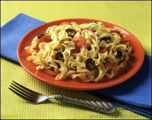 سلطة المكرونة بجبنة الماتزوريللا والطماطم