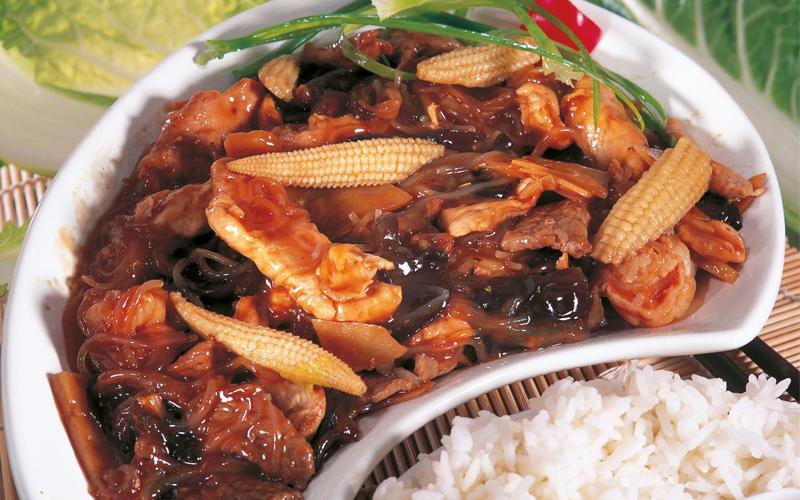 خليط اللحم والدجاج مع الذرة والفطر الأسود