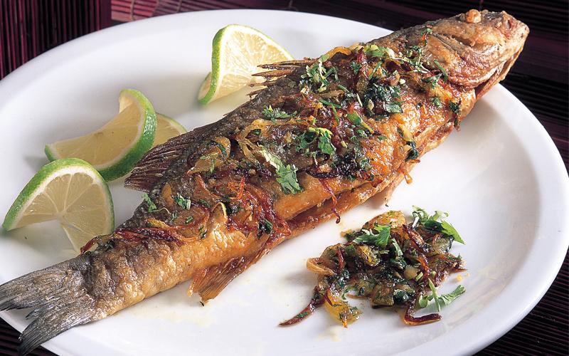 سمك مقلي بالبصل والكزبرة (طبق خليجي)
